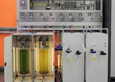 Stanowisko do namnażania mikroalg z ośmioma fotobioreaktorami pracującymi pod kontrolą sterownika PLC XLe firmy Horner APG